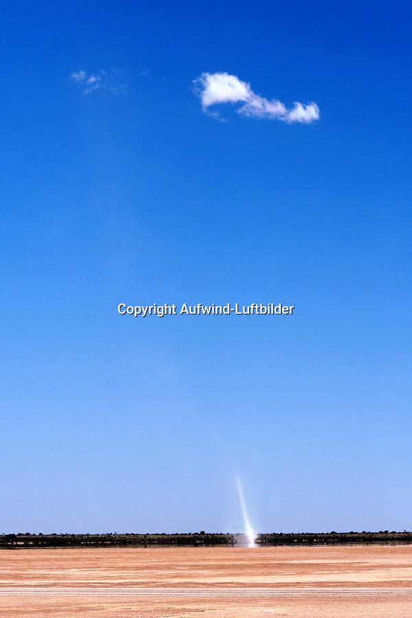 Staubteufel mit Cumuluswolke: NAMIBIA, AFRIKA, 10.11.2018: Staubteufel.<br /> Eine Kleintrombe ist ein kleinräumiger Luftwirbel mit vertikaler Achse und meist geringer Höhenerstreckung, der auf die atmosphärische Grenzschicht beschränkt ist