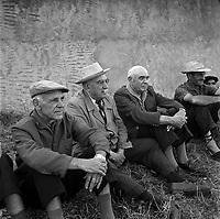Septembre 1962. Vue d'un groupe de vieux supporters, assis dans l'herbe, qui assiste à un entraînement du Stade Toulousain.