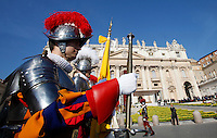 Guardie Svizzere schierate in occasione della messa di Pasqua celebrata da Papa Francesco in Piazza San Pietro, Citta' del Vaticano, 27 marzo 2016.<br /> Swiss Guards line up prior to the start of the Easter Mass celebrated by Pope Francis in St. Peter's Square, Vatican, 27 March 2016.<br /> UPDATE IMAGES PRESS/Isabella Bonotto<br /> <br /> STRICTLY ONLY FOR EDITORIAL USE<br /> <br /> *** ITALY AND GERMANY OUT ***