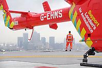 I to år skal anestesilege Marius Rehn jobbe med å redde liv, forske og suge til seg kunnskap i verdensmetropolen. Her er flere av verdens ledende livreddere. De har også noe å lære av Norge. <br /> <br /> Magasin 1/2015<br /> <br /> Dr. Marius Rehn is a registrar in Anaesthetics and Intensive Care from Norway.<br /> <br /> London's Air Ambulance, also known as London HEMS (Helicopter Emergency Medical Service), is a British registered charity that operates an air medical service dedicated to responding to serious trauma emergencies in and around London. Using a helicopter by day and road vehicles by night, it functions as a mobile emergency department in life-threatening, time-critical situations.