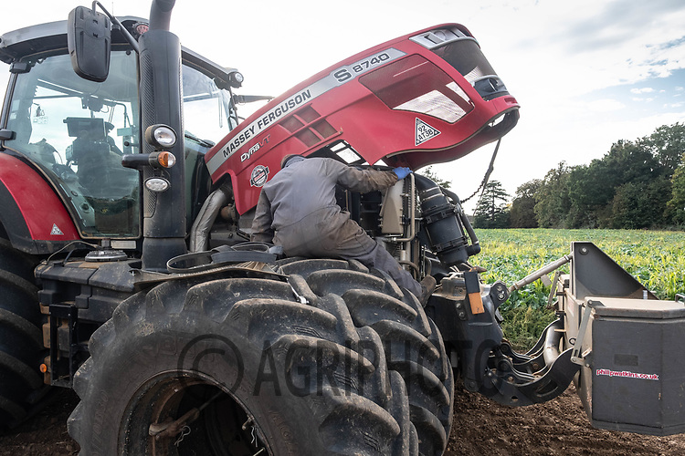 28.9.2020 Mechanic attend to a tractor breakdown in the field<br /> ©Tim Scrivener Photographer 07850 303986<br />      ....Covering Agriculture In The