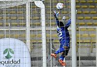 BOGOTÁ -COLOMBIA, 30-09-2018: Jose Cuadrado arquero del Once Caldas no puede evitar el gol de tiro libre de Brayner de Alba (fuera de cuadro de la Equidad durante el encuentro con La Equidad por la fecha 12 de la Liga Águila III 2018 jugado en el estadio Metropolitano de Techo de la ciudad de Bogotá. / Jose Cuadrado goalkeeper of Once Caldas can't avoid a goal from Brayner de Alba (out the frame) of La Equidad during match against La Equidad for the date 12 of the Aguila League II 2018 played at Metropolitano de Techo stadium in Bogota city. Photo: VizzorImage/ Gabriel Aponte / Staff