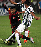 CUCUTA -COLOMBIA, 21-11-2015: Estefano Arango (Izq.) jugador del Cucuta Deportivo disputa el balón con Daniel Bocanegra (Der.) jugador de Atlético Nacional durante partido por la fecha 20 de la Liga Aguila II 2015 disputado en el estadio General Santander de la ciudad de Cúcuta./ Estefano Arango (L) player of Cucuta Deportivo fights for the ball with Daniel Bocanegra (R) player of Atletico Nacional during match for the date 20 of the Aguila League II 2015 played at General Santander stadium in Cucuta city. Photo: VizzorImage / Manuel Hernandez /