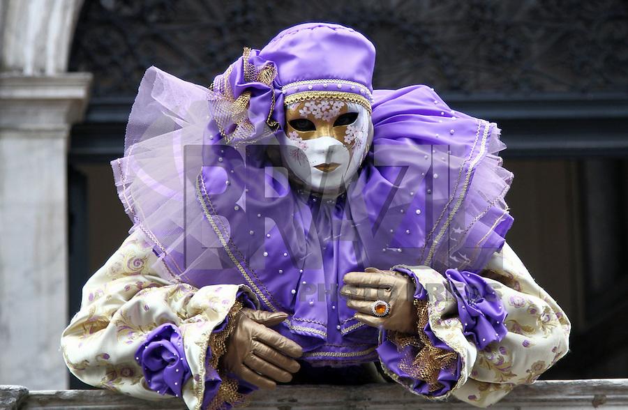 VENEZA, ITÁLIA - 09.02.2016: CARNAVAL-ITÁLIA - Pessoas com máscaras durante o último dia do Carnaval de Veneza, na praça de São Marcos, nesta terça-feira (09). (Foto: Andrea Spinelli/Brazil Photo Press)