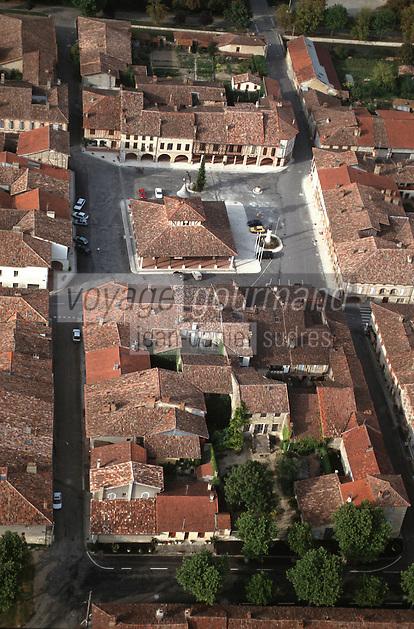 Europe/France/Midi-Pyrénées/32/Gers/Cologne: vue aérienne de la Bastide et halle centrale