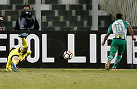 SANTIAGO DE CHILE - CHILE - 27 - 02 - 2018: Vladimir Hernandez (Der.), jugador de Atletico Nacional (COL), anota gol a Agustin Orion (Izq.), guardameta de Colo Colo (CHL), durante partido de la Fase de Grupos, grupo 2, fecha 1 entre Colo Colo (CHL) y Atletico Nacional (COL), por la Copa Conmebol Libertadores 2018 en el estadio Monumental David Arellano, de la ciudad de Santiago de Chile. / Vladimir Hernandez (Der.), player of Atletico Nacional (COL), scored a goal to Agustin Orion (Izq.) goalkeeper of Colo Colo (CHL), during match of the Group Stage, group 2, 1st date between Colo Colo (CHL) and Atletico Nacional (COL) for Copa Conmebol Libertadores 2018 at the David Arellano Monumental Stadium, in the city of Santiago de Chile. Photos: VizzorImage / Javier Torres / Cont. / Photosport