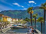 Schweiz, Tessin, Ascona: Hafen und Promenade am Lago Maggiore, junges Paar in liebevoller Umarmung | Switzerland, Ticino, Ascona: harbour and promenade at Lago Maggiore, young couple hugging