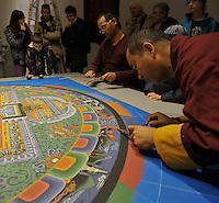 Die drei tibetischen Mönche sind fast fertig mit der Gestaltung des 3x3m großen Mandala im Zuge der Everest Ausstellung im Nanometer Leipzig - im Bild: mit ruhiger Hand krümeln die Geistlichen den farbigen Sand zum 7 Kilogramm schweren Gesamtkunstwerk auf die Unterlage.  Foto: aif / Norman Rembarz..Jegliche kommerzielle wie redaktionelle Nutzung ist honorar- und mehrwertsteuerpflichtig! Persönlichkeitsrechte sind zu wahren. Es wird keine Haftung übernommen bei Verletzung von Rechten Dritter. Autoren-Nennung gem. §13 UrhGes. wird verlangt. Weitergabe an Dritte nur nach  vorheriger Absprache. Online-Nutzung ist separat kostenpflichtig..