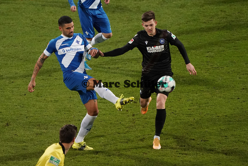 Victor Palsson (SV Darmstadt 98) klaert gegen Kyoung-Rok Choi (Karlsruher SC)<br /> <br /> - 26.02.2021 Fussball 2. Bundesliga, Saison 20/21, Spieltag 23, SV Darmstadt 98 - Karlsruher SC, Stadion am Boellenfalltor, emonline, emspor, <br /> <br /> Foto: Marc Schueler/Sportpics.de<br /> Nur für journalistische Zwecke. Only for editorial use. (DFL/DFB REGULATIONS PROHIBIT ANY USE OF PHOTOGRAPHS as IMAGE SEQUENCES and/or QUASI-VIDEO)