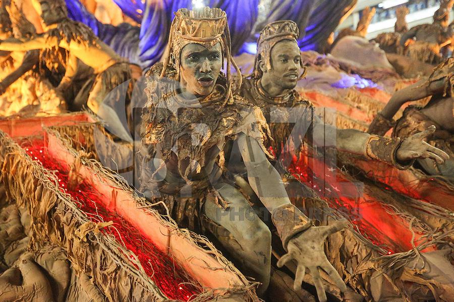 RIO DE JANEIRO, RJ, 08.02.2016 - CARNAVAL-RJ - Integrantes da escola de samba Unidos da Tijuca durante primeiro dia de desfiles do grupo especial do Carnaval do Rio de Janeiro no Sambódromo Marquês de Sapucaí na região central da capital fluminense na  madrugada desta segunda-feira, 08. (Foto: Vanessa Carvalho/Brazil Photo Press/Folhapress)