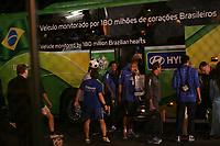 Das Team von Brasilien steigt in den Teambus. Die Superstars Ronaldinho und Ronaldo schauen einem Ballk¸nstler zu