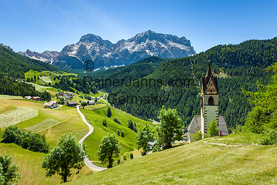Italy, South Tyrol (Trentino - Alto Adige), La Valle: left hamlet Miribun and chapel Saint Barbara, at background Heiligkreuzkofel mountain (Sasso di Santa Croce) at Fanes-Sennes-Prags Nature Park | Italien, Suedtirol (Trentino - Alto Adige), Wengen: links der Weiler Miribun, rechts die spaetgotische Barbarakapelle, im Hintergrund thront der Heiligkreuzkofel (Sasso di Santa Croce) im Naturpark Fanes-Sennes-Prags