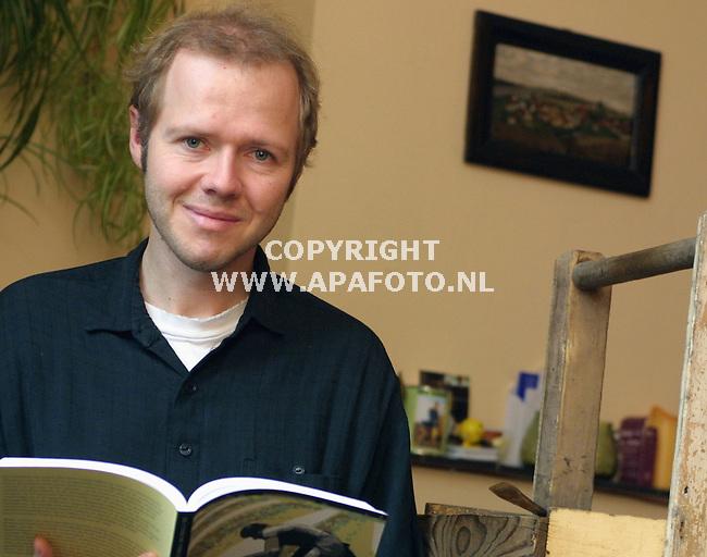 Nijmegen, 191001<br />Erik de Bakker leest in zijn eigen werk. Naast hem staat een oud houten asperge-kratje.<br />Foto: Sjef Prins / APA Foto