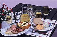 Europe/Autriche/Niederösterreich/Grinzing env de Vienne: Poulet pané et jarret de porc bouilli, fromage épicé au raifort et paprika