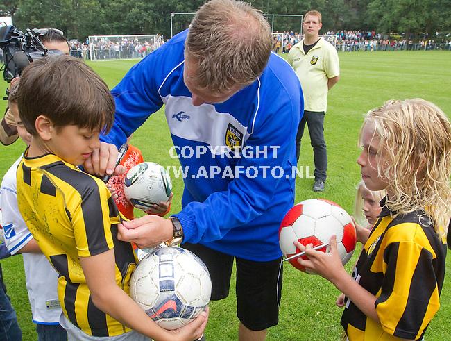 Arnhem 030711 Eeerste training Vitesse<br /> Nieuwe trainer John van de Brom,handtekeningen uitdelen.<br /> Foto Frans Ypma APA-foto