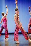 SPLIT SIDES (2003)..40 mn, présenté en deux parties de 20 mn chacune..Musique : Radiohead / Sigur Ros, Décors : Robert Heishman / Catherine Yass, Costumes : James Hall, Lumières : James F. Ingalls..le 03/12/2003..Théâtre de la Ville..Paris....© Laurent Paillier / www.photosdedanse.com