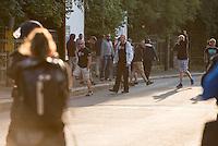 """Ca. 500 Menschen demonstrierten am Freitag den 31. Juli 2015 im Saechsischen Feital gegen Rassismus und fuer die Aufnahme von Fluechtlingen.<br /> Nach mehreren Wochen rassistischer Uebergriffe und Bedrohungen durch einen Teil der Freitaler Bevoelkerung war dies ein Zeichen der Solidaritaet mit den gefleuchteten Menschen.<br /> Am Rande der Demonstration kam es immer wieder zu rassistischen Poebeleien, Flaschenwuerfen und versuchten Angriffen auf die Demonstranten durch Neonazis und Hooligans die sich vor ihrer Stammkneipe """"Timba"""" versammelt hatten. Vereinzelt ging die Polizei gegen die Rechten vor und nahm mindestens eine Person wegen zeigen eines Hitlergrusses fest. Die Flaschenwuerfe blieben fuer die Rechten folgenlos.<br /> Im Bild: Polizei haelt Neonazis von der antirassistischen Demonstration fern.<br /> 31.7.2015, Freital/Sachsen<br /> Copyright: Christian-Ditsch.de<br /> [Inhaltsveraendernde Manipulation des Fotos nur nach ausdruecklicher Genehmigung des Fotografen. Vereinbarungen ueber Abtretung von Persoenlichkeitsrechten/Model Release der abgebildeten Person/Personen liegen nicht vor. NO MODEL RELEASE! Nur fuer Redaktionelle Zwecke. Don't publish without copyright Christian-Ditsch.de, Veroeffentlichung nur mit Fotografennennung, sowie gegen Honorar, MwSt. und Beleg. Konto: I N G - D i B a, IBAN DE58500105175400192269, BIC INGDDEFFXXX, Kontakt: post@christian-ditsch.de<br /> Bei der Bearbeitung der Dateiinformationen darf die Urheberkennzeichnung in den EXIF- und  IPTC-Daten nicht entfernt werden, diese sind in digitalen Medien nach §95c UrhG rechtlich geschuetzt. Der Urhebervermerk wird gemaess §13 UrhG verlangt.]"""