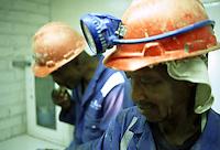 SUDAFRICA - Kimberley, miniera di diamanti di Bultfontein ( Miniere De Beers): due minatori in abito da lavoro, caschetto con la torcia frontale.