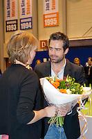 16-12-11, Netherlands, Rotterdam, Topsportcentrum, Afscheid Corrie Homan, zij ontvangt een boeket uit handen van toernooidirecteur Raemon Sluiter