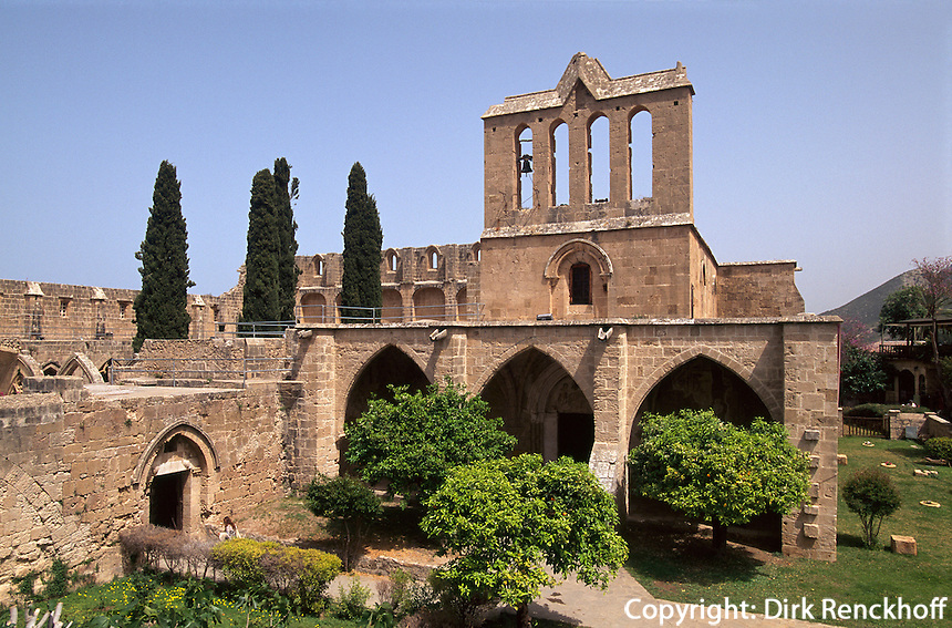 gotische Abtei Bellapais bei Girne (Keryneia, Kyrenia), erbaut 1205, Nordzypern.............