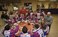 Europe/France/Aquitaine/40/Landes/Gabarret: Troisième mi-temps de l'équipe de Rugby ,lors d'une 'Carcassade, carcasses et croupions des canards  cuits à la braise au siège du club de rugby