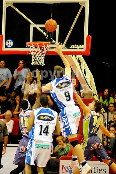 basketbal eerste ronde play off capitals - magixx nijmegen seizoen 2007-2008 24-04-2008 niels meijer scoort.fotograaf Jan Kanning