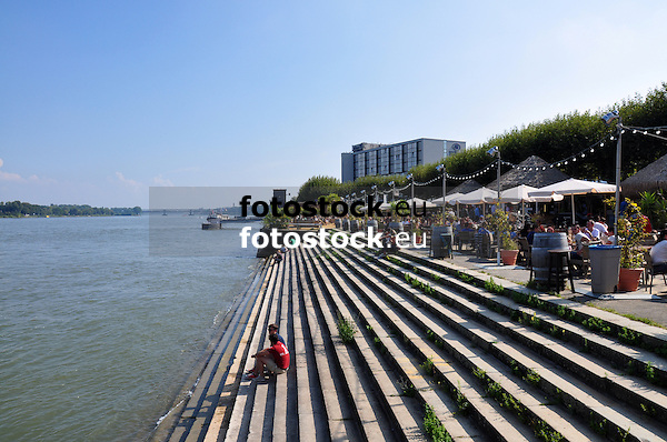 Treppen zum Rhein unterhalb des Rheinstrandes am Adenauer-Ufer in Mainz mit Blick nach Osten zur Weisenauer Brücke