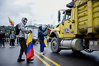 CALARCA - COLOMBIA, 30-04-2021: Manifestantes hacen presencia en la vía que conduce al alto de La Línea durante el tercer día de Paro Nacional en Colombia hoy, 30 abril de 2021, y que comenzó el pasado 28 de abril de 2021 para protestar por la reforma tributaria que adelanta el gobierno de Ivan Duque además de la precaria situación social y económica que vive Colombia. El paro fue convocado por sindicatos, organizaciones sociales, estudiantes y la oposición. / protesters make presence on the road that leads to the top of La Línea during the third day of the National Strike in Colombia today, April 30, 2021, and which began on April 28, 2021 to protest the tax reform that the government of Ivan Duque is also advancing of the precarious social and economic situation that Colombia is experiencing. The strike was called by unions, social organizations, students and the opposition in Colombia. Photo: VizzorImage / Santiago Castro / Cont