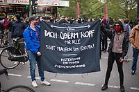 """Trotz Corona-Versammlungseinschraenkung gingen am 1. Mai 2020 in Berlin 3.000 Menschen in Berlin-Kreuzberg auf die Strasse. Sie protestierten u.a. fuer die Aufnahme von Gefluechteten aus den ueberfuellten griechischen Fluechtlingslagern und die Unterstuetzung von Automobilkonzernen wegen der Corona-Krise.<br /> Im Bild: Menschen halten ein Transparent mit der Aufschrift """"Dach ueberm Kopf fuer Alle statt Mauern um Europa! - Mietenstopp Enteignen # LeaveNoOneBehind"""".<br /> 1.5.2020, Berlin<br /> Copyright: Christian-Ditsch.de<br /> [NUR FUER REDAKTIONELLE ZWECKE! Werbung nur auf Anfrage beim Fotografen. Inhaltsveraendernde Manipulation des Fotos nur nach ausdruecklicher Genehmigung des Fotografen. Vereinbarungen ueber Abtretung von Persoenlichkeitsrechten/Model Release der abgebildeten Person/Personen liegen nicht vor. NO MODEL RELEASE! Don't publish without copyright Christian-Ditsch.de, Veroeffentlichung nur mit Fotografennennung, sowie gegen Honorar, MwSt. und Beleg. Konto: I N G - D i B a, IBAN DE58500105175400192269, BIC INGDDEFFXXX, Kontakt: post@christian-ditsch.de<br /> Bei der Bearbeitung der Dateiinformationen darf die Urheberkennzeichnung in den EXIF- und  IPTC-Daten nicht entfernt werden, diese sind in digitalen Medien nach §95c UrhG rechtlich geschuetzt. Der Urhebervermerk wird gemaess §13 UrhG verlangt.]"""