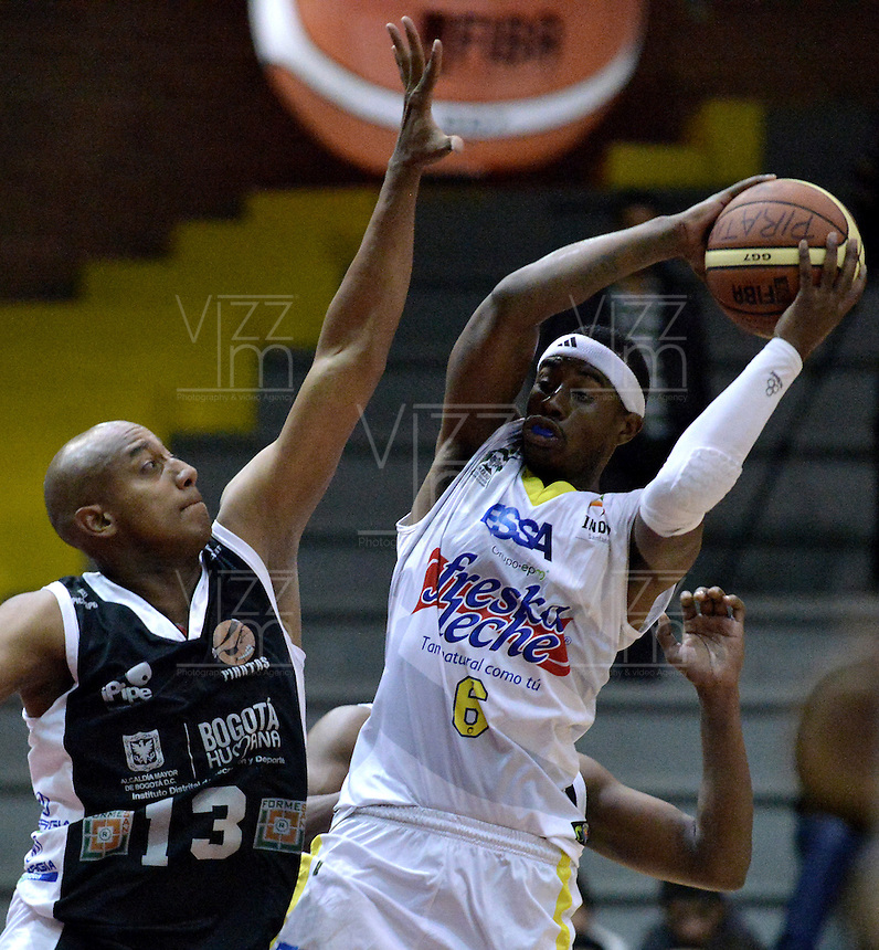 BOGOTÁ-COLOMBIA-09-03-2013. Fuentes (13) de Piratas trata de bloquear el lanzamiento de Austin (6) de Búcaros durante partido de la décima fecha de la Liga Direct TV de baloncesto Profesional de Colombia 2013./ Fuentes (13) of Piratas tries to block the shot of Austin (6) of Bucaros during the game of the tenth date of Colombian Professional basketball League DirecTV 2013. Photo: VizzorImage/STR