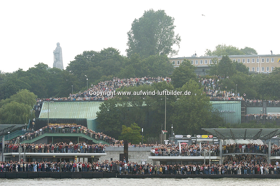 Deutschland, Hamburg, Landungsbruecken, Stintfang, Besucher zur Queen Mary 2,