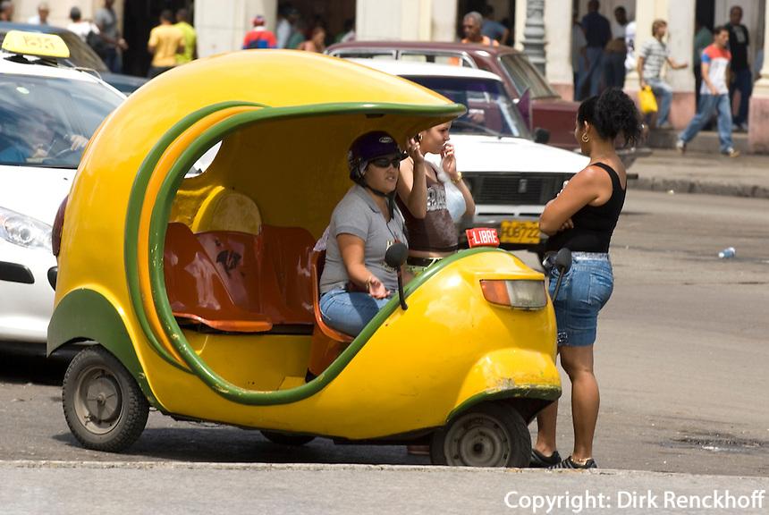 Cuba, Habana, Coco-Taxi vor Capitol