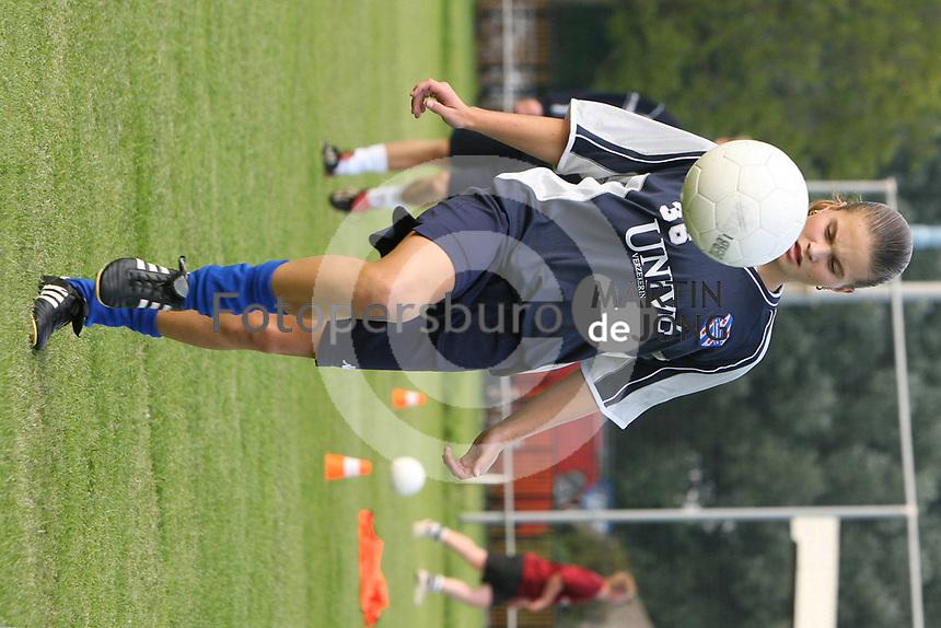 VOETBAL: SNEEK: 2006, training jeugdvoetbal VV Sneek, Sherida Spitse, ©foto Martin de Jong