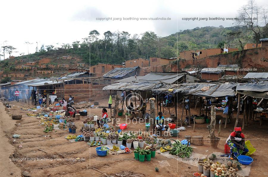 ANGOLA market on the road between Sumbe und Gabela / ANGOLA Marktfrauen verkaufen landwirtschaftliche Produkte bei Gabela