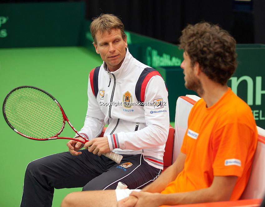06-02-12, Netherlands,Tennis, Den Bosch, Daviscup Netherlands-Finland, Training, Captain Jan Siemerink(L) heeft overleg met kopman Robin Haase