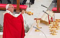 Papa Francesco celebra la messa della Domenica delle Palme in Piazza San Pietro, 20 marzo 2016.<br /> Pope Francis celebrates the Palm Sunday mass in St. Peter's Square at the Vatican, 20 March 2016.<br /> UPDATE IMAGES PRESS/Riccardo De Luca<br /> <br /> STRICTLY ONLY FOR EDITORIAL USE