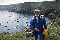 Europe/France/Bretagne/29/Finistère/ Cleden-Cap-Sizun: A la Cale de la  Pointe de Brézellec, Jean Noêl Talles pècheur revient avec sa pêche du jour