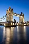 United Kingdom, London: Tower Bridge on the River Thames at dusk | Grossbritannien, England, London: Tower Bridge und die Themse am Abend