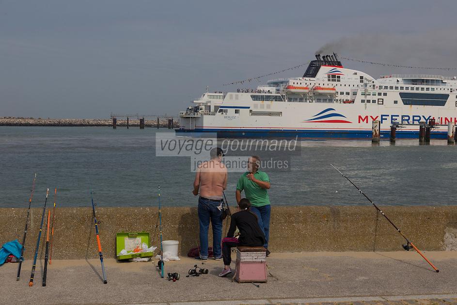 France, Pas-de-Calais (62), Côte d'Opale, Calais: Ferry sortant du port  //  France, Pas de Calais, Cote d'Opale (Opal Coast), Calais: Ferry leaving the port