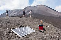 Eine solarbetriebene Messstelle fuer vulkanische Aktivitaet auf dem Vulkan Etna auf Sizilien.<br /> Der Etna ist einer der wenigen aktiven Vulkan in Europa.<br /> 24.7.2020, Parco dell'Etna<br /> Copyright: Christian-Ditsch.de