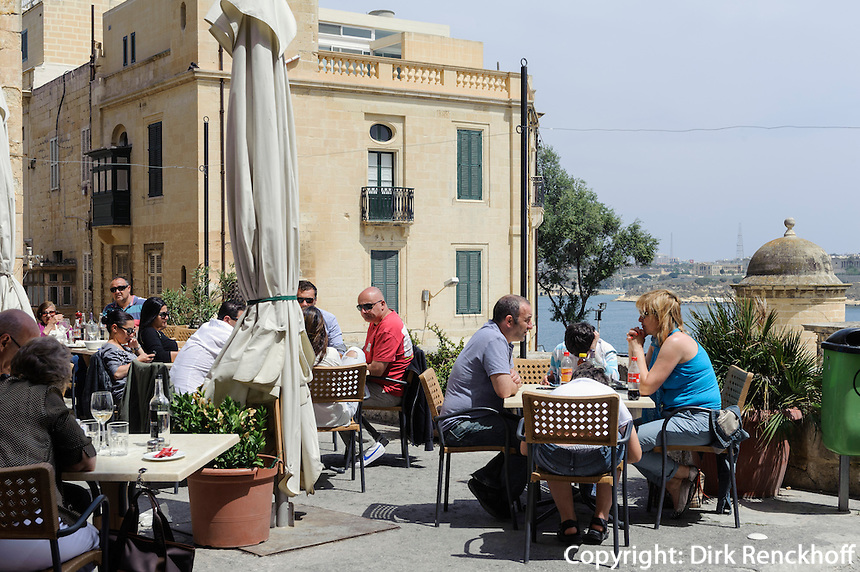 Straßencafé beim Victoria Gate in Valletta, Malta, Europa