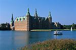 Denmark, Zealand, Hillerod: Frederiksborg Castle and lake | Daenemark, Insel Seeland, Hilleroed: Schloss Frederiksborg mit Schlosssee
