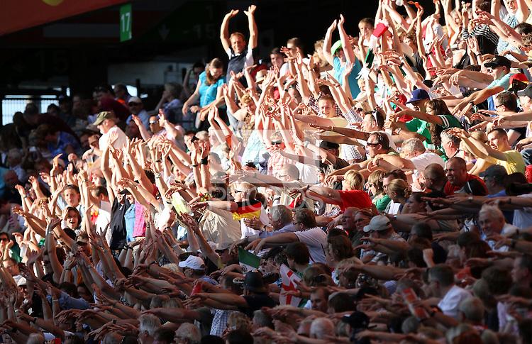 Wolfsburg , 270611 , FIFA / Frauen Weltmeisterschaft 2011 / Womens Worldcup 2011 , Gruppe B  ,  .England - Mexico .Laola-Welle geht durchs Stadion .Foto:Karina Hessland .