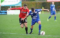 Sint Eloois Winkel Sport - FC Knokke :<br /> pittige strijd tussen Aaron Vanfleteren (L) en Niels Mestdagh (R)<br /> <br /> Foto VDB / Bart Vandenbroucke
