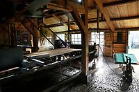 Nederland Westzaan 2017 . De Schoolmeester te Westzaan is de laatste papiermolen ter wereld die op windkracht functioneert. De molen werd oorspronkelijk in 1692 gebouwd en is tegenwoordig nog dagelijks in gebruik. Er wordt op ambachtelijke wijze Zaansch Bord, een papiersoort, vervaardigd. De eigenaar is sinds 1976 de Vereniging De Zaansche Molen. De papiermachine. Foto mag niet voor reclame doeleinden worden gebruikt.   Foto Berlinda van Dam / Hollandse Hoogte