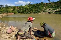 MADAGASCAR, region Manajary, town Vohilava, small scale gold mining, children panning for gold at river ANDRANGARANGA / MADAGASKAR Mananjary, Vohilava, kleingewerblicher Goldabbau, Kinder waschen Gold am Fluss ANDRANGARANGA, Junge CLEMENCE 12 Jahre und Schwester Lisette