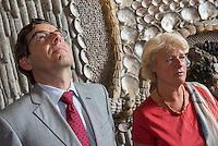 Die Stiftung Preussische Schloesser und Gaerten Berlin-Brandenburg (SPSG) hat die im Mai 2013 begonnene Restaurierung der Decke des Grottensaals im Neuen Palais von Schloss Sanssouci abgeschlossen. Damit ist einer der beiden zentralen Festsaele des Hauses vom 22. Juli 2015 an wieder in den Rundgang durch das Gaesteschloss Friedrichs des Grossen (1712-1786) integriert und fuer die Oeffentlichkeit zugaenglich.<br /> Moeglich geworden sind die umfassenden Instandsetzungsarbeiten im Grottensaal durch das Sonderinvestitionsprogramm fuer die preussischen Schloesser und Gaerten (Masterplan), das die Beauftragte der Bundesregierung fuer Kultur und Medien sowie die Laender Brandenburg (Ministerium fuer Wissenschaft, Forschung und Kultur) und Berlin (Senatskanzlei – Kulturelle Angelegenheiten) zur Rettung bedeutender Denkmaeler der Berliner und Potsdamer Schloesserlandschaft aufgelegt haben.<br /> Am Dienstag den 21. Juli 2015 wurde der Grottenssal durch Prof. Dr. Hartmut Dorgerloh, Generaldirektor, SPSG; Prof. Monika Gruetters MdB, Staatsministerin fuer Kultur und Medien und Martin Gorholt, Staatssekretaer, Ministerium fuer Wissenschaft, Forschung und Kultur des Landes Brandenburgs der Presse gezeigt.<br /> Im Bild vlnr.: Prof. Dr. Hartmut Dorgerloh, Generaldirektor, SPSG; Prof. Monika Gruetters MdB, Staatsministerin fuer Kultur und Medien.<br /> 21.7.2015, Postdam<br /> Copyright: Christian-Ditsch.de<br /> [Inhaltsveraendernde Manipulation des Fotos nur nach ausdruecklicher Genehmigung des Fotografen. Vereinbarungen ueber Abtretung von Persoenlichkeitsrechten/Model Release der abgebildeten Person/Personen liegen nicht vor. NO MODEL RELEASE! Nur fuer Redaktionelle Zwecke. Don't publish without copyright Christian-Ditsch.de, Veroeffentlichung nur mit Fotografennennung, sowie gegen Honorar, MwSt. und Beleg. Konto: I N G - D i B a, IBAN DE58500105175400192269, BIC INGDDEFFXXX, Kontakt: post@christian-ditsch.de<br /> Bei der Bearbeitung der Dateiinformationen darf die Urheberken
