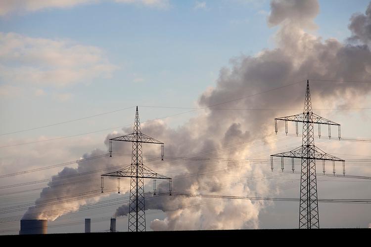 Europa, DEU, Deutschland, Nordrhein Westfalen, NRW, Rheinland, Niederrhein, Niederaußem, Kraftwerk, Braunkohlekraftwerk, Rauch, Kategorien und Themen, Umwelt, Umweltschutz, Umweltverschmutzung, Umweltprobleme, Umweltbelastung, Umweltzerstoerung, Umweltsuender, Umweltverbrechen, Umweltthema, Umweltthemen, Industrie, Industriefotografie, Wirtschaft, Wirtschaftsthemen, Technik, Technologie, Technologien<br /> <br /> [Fuer die Nutzung gelten die jeweils gueltigen Allgemeinen Liefer-und Geschaeftsbedingungen. Nutzung nur gegen Verwendungsmeldung und Nachweis. Download der AGB unter http://www.image-box.com oder werden auf Anfrage zugesendet. Freigabe ist vorher erforderlich. Jede Nutzung des Fotos ist honorarpflichtig gemaess derzeit gueltiger MFM Liste - Kontakt, Uwe Schmid-Fotografie, Duisburg, Tel. (+49).2065.677997, <br /> archiv@image-box.com, www.image-box.com]
