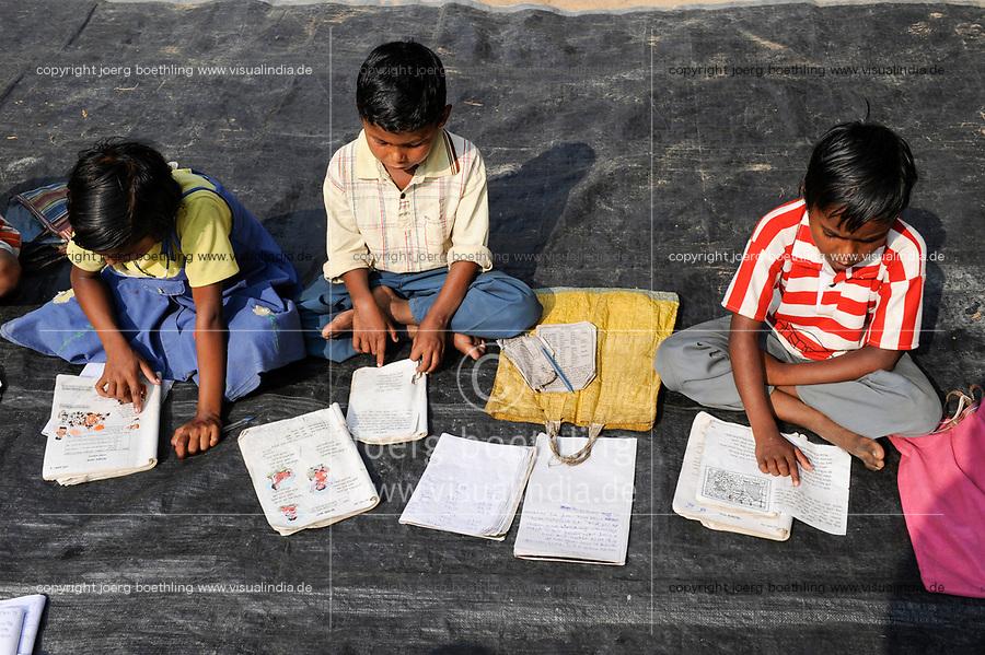 INDIA Westbengal, tutoring for Dalit and Adivasi children in village  / INDIEN Westbengalen , NGO Projekte zur Bildung u. laendlichen Entwicklung fuer Adivasi und Dalits , Nachhilfe fuer Schulkinder im Dorf  Kustora