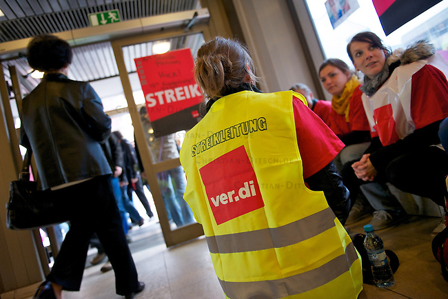 Mitarbeiter und Mitarbeiterinnen der Charite-Klinik traten am Montag den 2. Mai 2011 in einen unbefristetet Streik um die Arbeitgeber nach vier ergebnislosen Verhandlungsrunden mit der Charite zu einem Einlenken in den Lohnverhandlungen zu bringen. Beteiligt ist auch die Servicegesellschaft CFM (Charite Facility Management GmbH). In die Aktion sind auch Bereiche wie Notaufnahmen, Intensivstationen, OPs, Funktionsbereiche (Dialyse, Radiologie, Herzkatheter etc.) einbezogen. Die Notfallversorgung z. B. von Patienten, die lebensbedrohlich erkrankt sind, ist gesichert. Die Gewerkschaft ver.di fordert, dass die Entgelte der Besch‰ftigten um 300,00 Euro anzuheben sind und dass es deutliche Verbesserungen in den Bereichen Arbeitszeit, Arbeitsbefreiungen und Gesundheitsschutz geben muss. Die Einkommen der Charite-Beschaeftigten liegen ca.14 Prozent unter den Einkommen von Beschaeftigten in vergleichbaren Unikliniken und Krankenhaeusern in Berlin.<br /> 2.5.2011, Berlin<br /> Foto: Christian-Ditsch.de<br /> [Inhaltsveraendernde Manipulation des Fotos nur nach ausdruecklicher Genehmigung des Fotografen. Vereinbarungen ueber Abtretung von Persoenlichkeitsrechten/Model Release der abgebildeten Person/Personen liegen nicht vor. NO MODEL RELEASE! Don't publish without copyright Christian-Ditsch.de, Veroeffentlichung nur mit Fotografennennung, sowie gegen Honorar, MwSt. und Beleg. Konto:, I N G - D i B a, IBAN DE58500105175400192269, BIC INGDDEFFXXX, Kontakt: post@christian-ditsch.de]